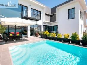 casas y chalets con piscina en churriana de la vega