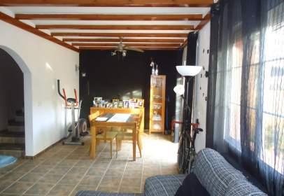 Casa adossada a Sant Jaume dels Domenys