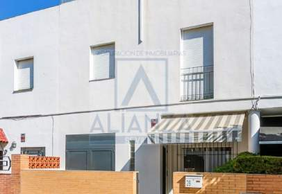 Casa adossada a calle de Granada, 28
