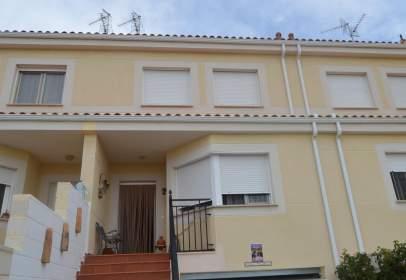 Casa adosada en calle Manzanos