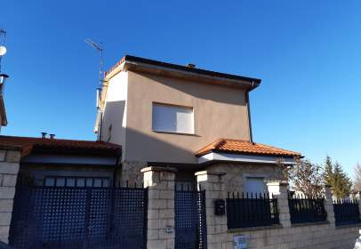 Paired chalet in calle Rosa de Lima Manzano
