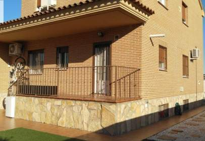 Chalet pareado en calle Portada