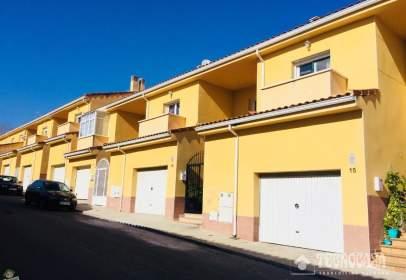 Casa adosada en calle Lirio