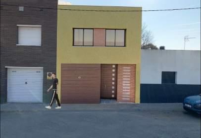 Casa adossada a Carrer de Can Tabola