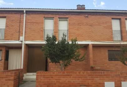Casa adosada en calle Salmador Mombiela, nº 15