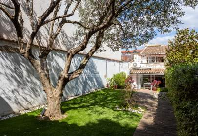 Casa adossada a Carrer de Josep Anselm Clavé, prop de Passatge de Petit